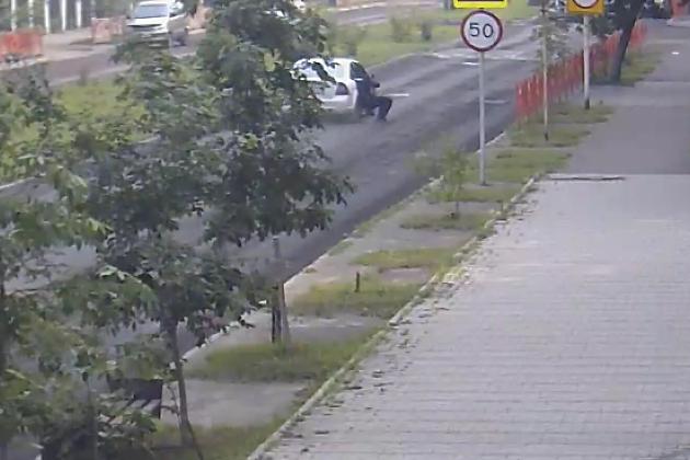 ВИркутске уголовник намашине протащил полицейского поасфальту