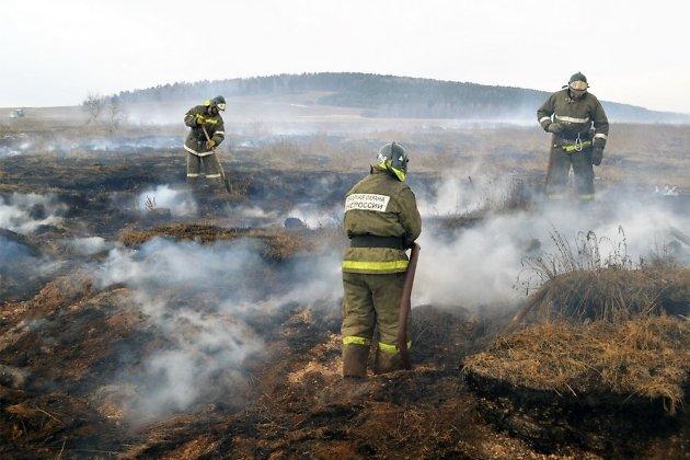 В Иркутской области не могут потушить пожар вдоль трассы