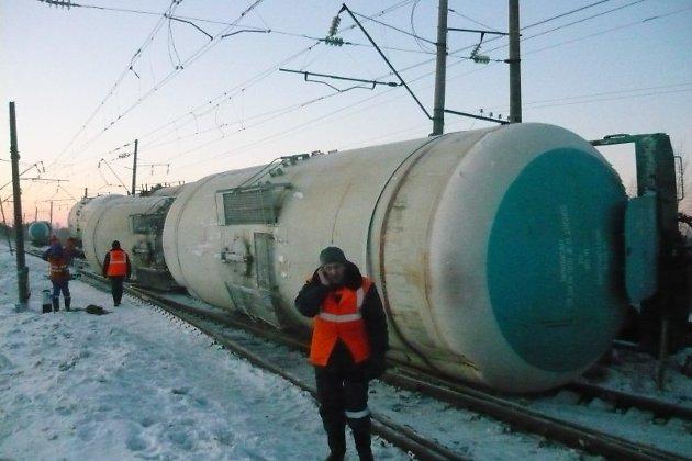 Два пассажирских поезда Москва
