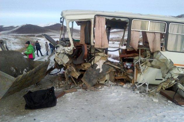 Пассажирский автобус врезался вэкскаватор назабайкальской трассе. Пострадали 13 человек