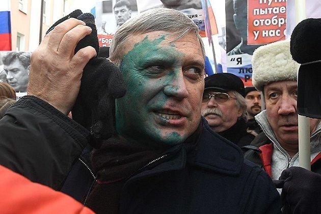 Михаила Касьянова облили зеленкой налиберальном марше