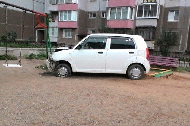 ВИркутске иностранная машина заехала надетскую площадку