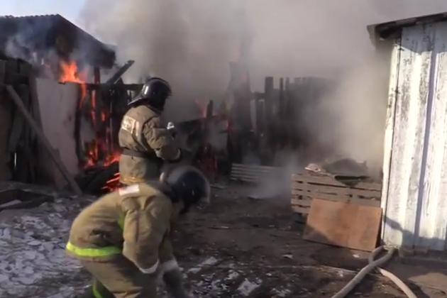 ВЧите пожарный вынес ребенка изгорящего дома