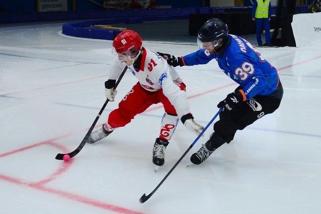Мартин Ландстрём (справа) прессингует игрока «Енисея»