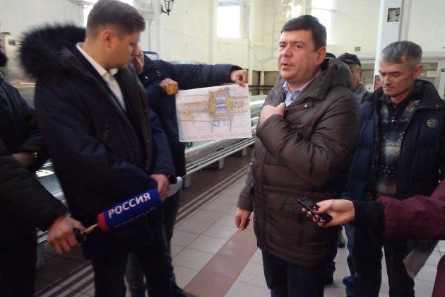 Директор Центрального рынка Владислав Свердлов (справа) во время выездного заседания депутатов думы Иркутска