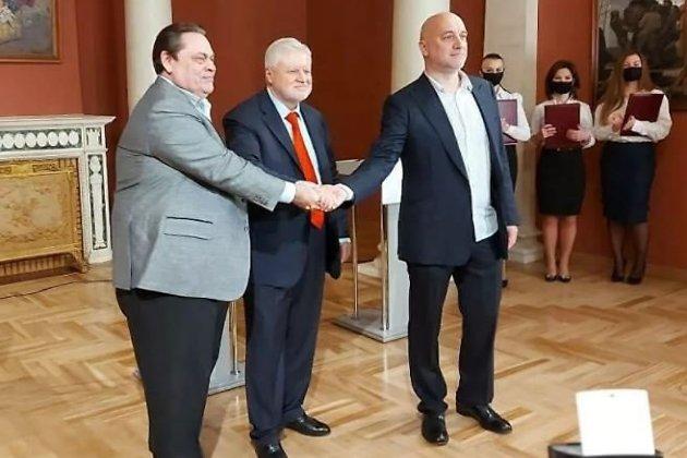 Геннадий Семигин (слева), Сергей Миронов (в центре) и Захар Прилепин после подписания манифеста об объединении