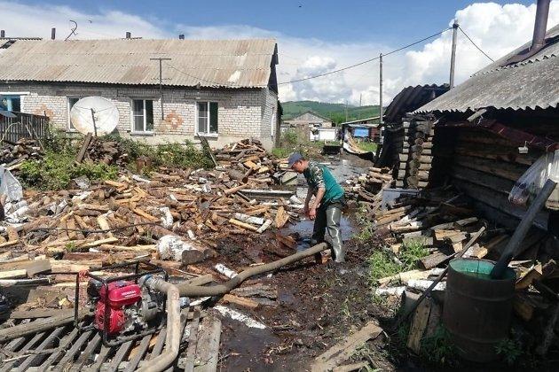 Разбор завалов во дворе одного из домов после наводнения