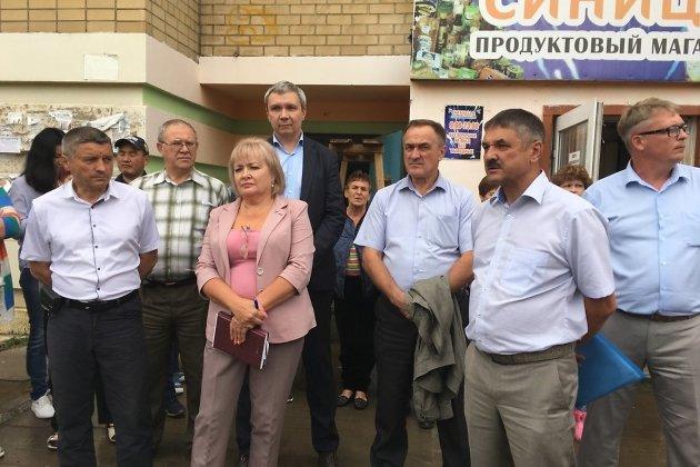 Олег Кузнецов на сходе жителей Антипихи (второй справа)
