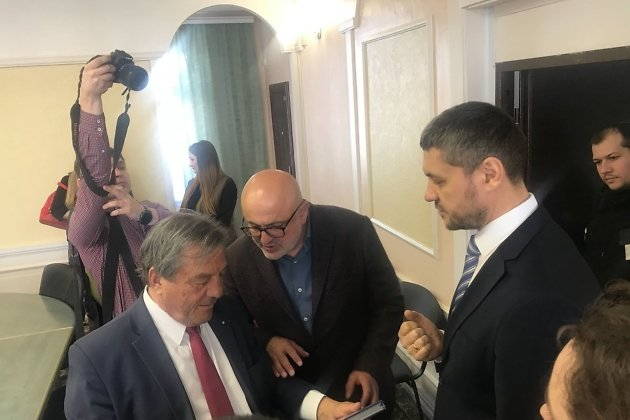 Александр Осипов дарит книгу о Забайкалье Франсуа Тюрка