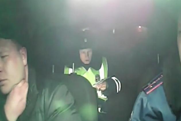 ВИркутске шофёр иномарки попытался себя задушить, когда его приостановила ДПС