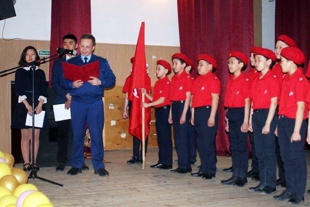 Прокурор Могойтуйского района Евгений Люкшин принимает новых членов в местное отделение Юнармии в апреле 2019 года.