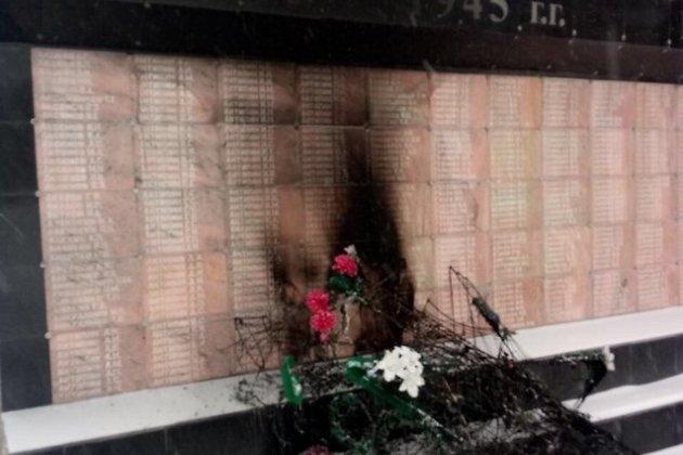 ВИркутской области сожгли венки намемориале погибшим вВОВ