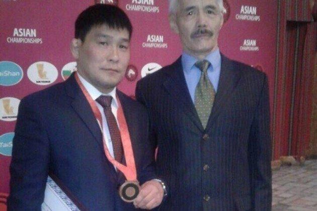 Базаргуруев (слева) с олимпийской медалью Пекина
