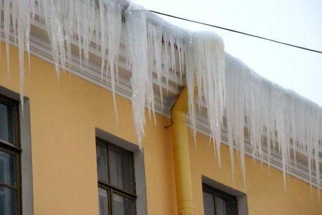 ВИркутске наулице Байкальской сбалкона частной квартиры упала ледяная глыба