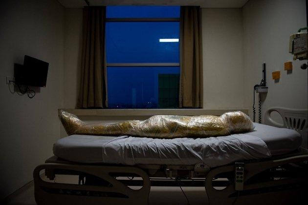 Тело жертвы коронавируса в больнице, Индонезия, 18.04.2020 г. Фотография заняла 2-е место в категории