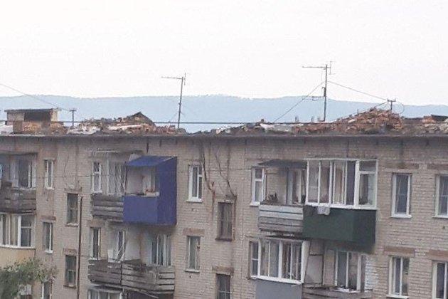 Разобранная крыша дома №33 в 5-м микрорайоне в Чите