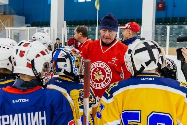 Юрий Лебедев общается с юными спорстменами