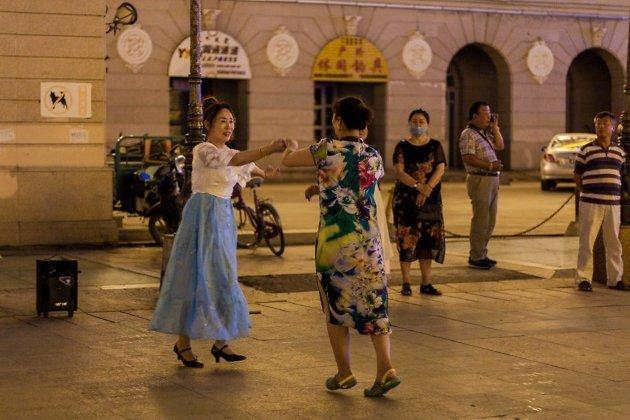Вечерние танцы на площади