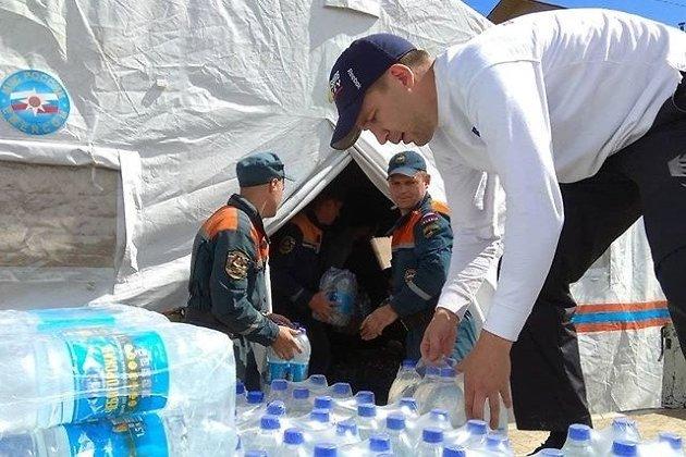 МЧС разгружает воду, привезённую для пострадавших от паводков в Забайкалье