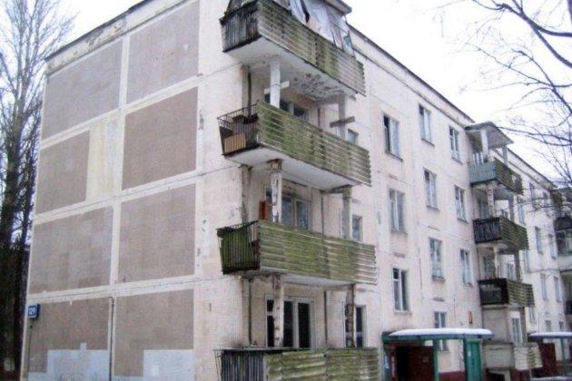Cотрудники экстренных служб сняли висящего набалконе четвертого этажа мужчину вИркутске