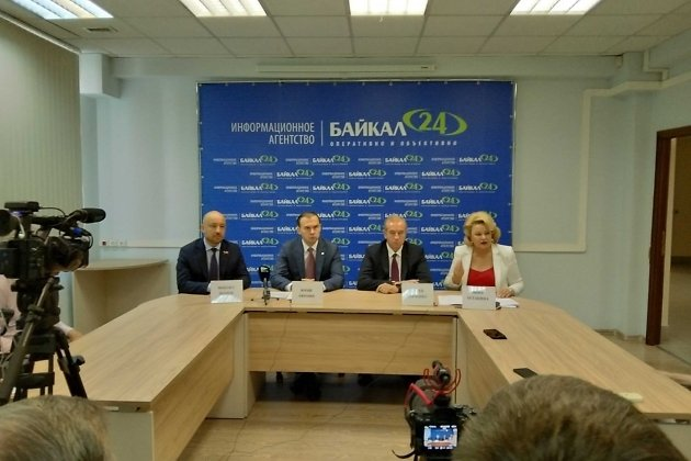 Михаил Щапов, Юрий Афонин, Сергей Левченко и Нина Останина (слева направо) на пресс-конференции 18 августа