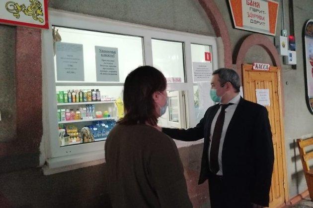 Министр Александр Бардалеев инспектирует баню во время послабления первой волны ограничений в мае