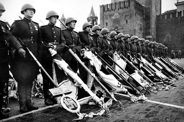 Советские солдаты с немецкими штандартами в 1945 году