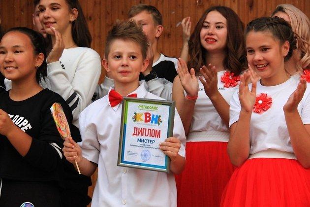 На фото с дипломом «Мистер КВН» краевой школьной лиги 2019 Дмитрий Паничев