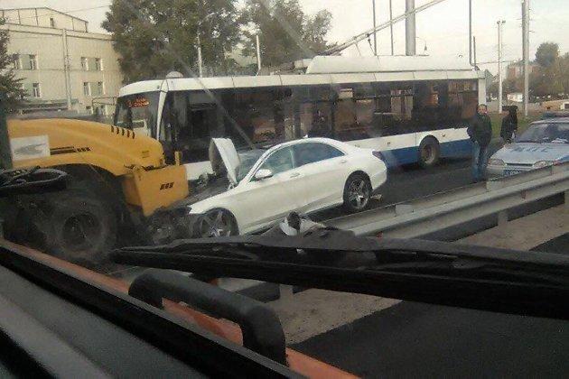 Benz врезался васфальтоукладочный каток вИркутске