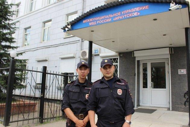 ВИркутске изгорящего дома полицейские спасли семью