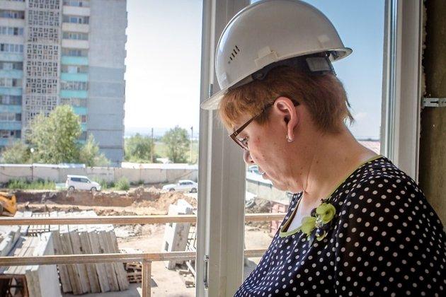 Наталья Жданова на стройплощадке дома для переселенцев из аварийного жилья на КСК