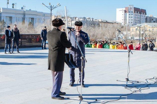 Глава регионального отделения партии «Единая Россия» подарил сити-менеджеру Олегу Кузнецову лопату