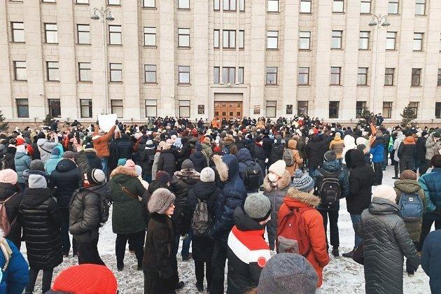 Возле здания правительства собрался митинг