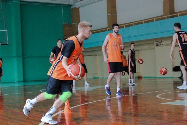 Новобранец «Иркута» Павел Александров с мячом