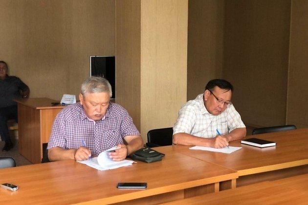 Глава Ононского района Ятур Танхаев (справа) вместе с заместителем записывают поручения вице-премьера краевого правительства Андрея Гурулёва