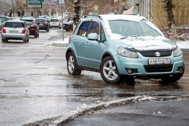 Автомобилей на дороге не много, но и они стараются быть осторожными