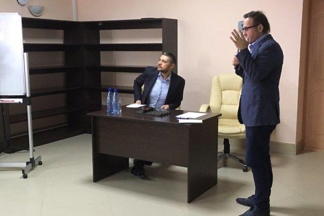 Заседание врио губернатора Забайкалья Александра Осипова с главами районов на Арахлее,  24 мая 2019 года. Рядом - политтехнолог Евгений Минченко.