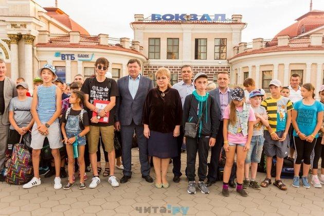 Губернатор Наталья Жданова и спикер заксобрания Игорь Лиханов с детьми