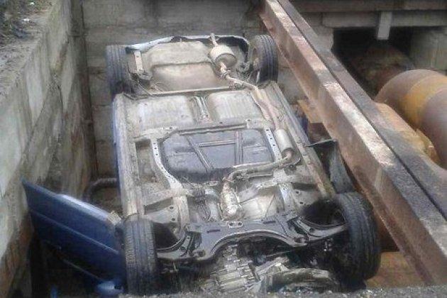 Автомобиль Митцубиси Lancer упал вкамеру теплосетей вСаянске
