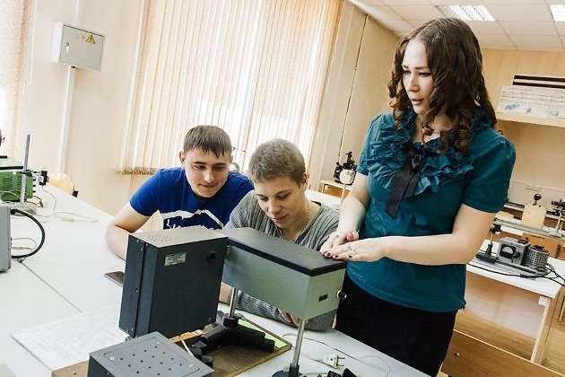 Студенты изучают атом водорода
