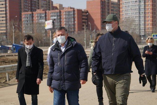Игорь Кобзев (в центре) и Руслан Болотов (справа) во время рабочей поездки по Иркутску в апреле 2020 года