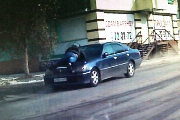Полицейский проехал накапоте машины два километра, чтобы задержать домушников