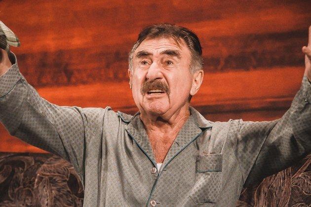 Гарри Бендиннер узнал, что единственный близкий человек - Марк, решил эмигрировать с семьёй в Израиль