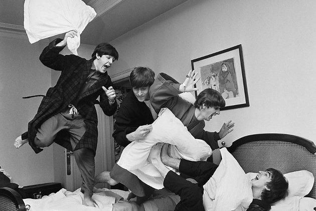 Пол, Джон и Ринго просят Джорджа сыграть соло для