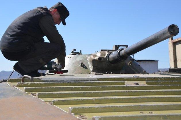 Заключённые восстанавливают БМП для памятника