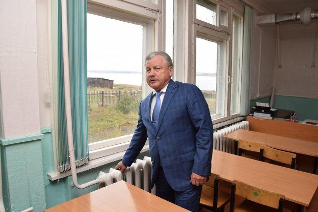 Мэр Братска Сергей Серебренников в старой школе №6