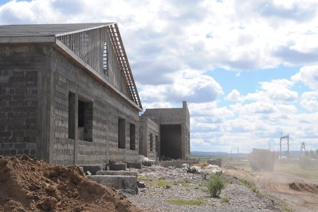 Один из главных бюджетных долгостроев региона - школа в Сохондо. Строится с 2012 года, до сих пор не сдана. Фото от 2016 года.
