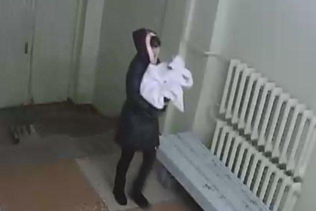 Неведомая женщина подбросила новорождённого вперинатальный центр вБратске