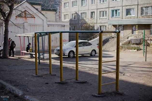 Площадка перед общежитием, в котором жила Катя Скворцова. Беседка находится на заднем плане