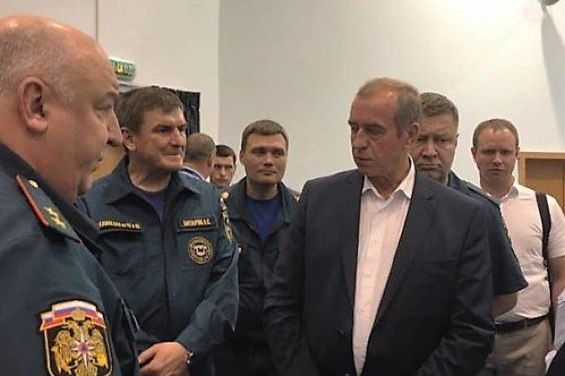 Сергей и Андрей Левченко вернулись из командировки в Корею после падения Ил-76 - Бабр. Сын - последний справа